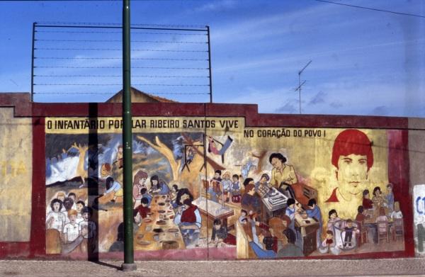 Ribeiro Santos num mural de rua (Foto: Neves Águas, 1990, Arquivo Municipal de Lisboa)